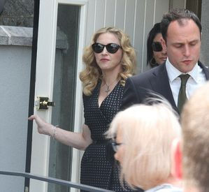 20130723-news-madonna-david-collins-funeral-monkst-copie-11.jpg