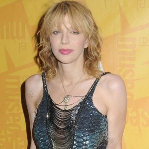 Courtney Love covers Madonna's ''Like A Prayer'' in Istanbul