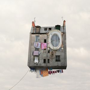 FLYING_HOUSES_-_Linge_qui_s_che_large.jpg