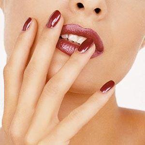 les ongles vernis et yetiranol