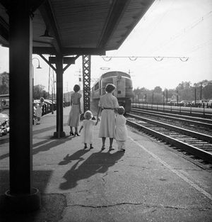 Nina Leen Meeting daddy on the 6-26