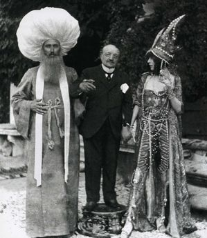 Luisa-Casati--1881-1957--with-Paul-Cesar-Helleu-and-Giovann.jpg