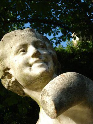 Le sculpteur Honoré Icard à Saint-Germain-en-Laye Dans le jardin des Arts