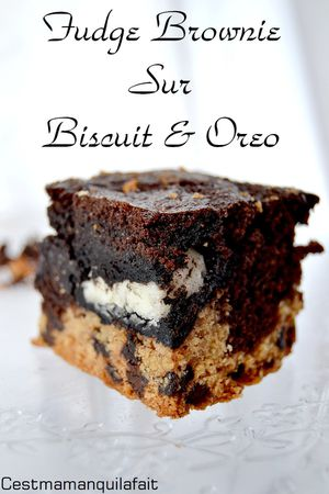 fudge brownie sur biscuits au pepeites de chocolat et oreo