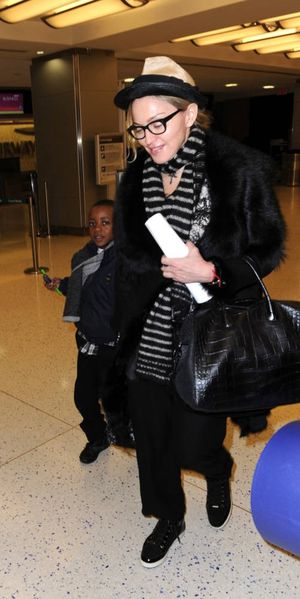 20110402-pictures-madonna-leaving-new-york-jfk-airport-03