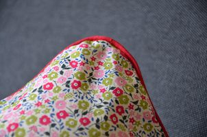 coussin-liberty-detail-rouge.jpg