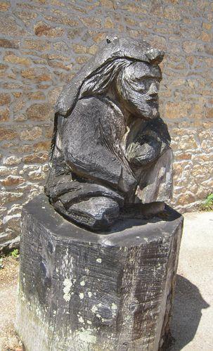 sculpture bois. homme à la peau de loup
