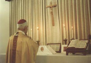 Arzobispo Thuc Ofrenda Misa en Catacumbas III