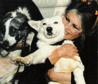 Bardot-avec-ses-chiens-de-Roumanie---02-1998--Blog-Bagnaud-.jpg