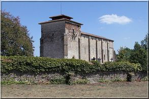 Unique et originale église fortifiée Landaise