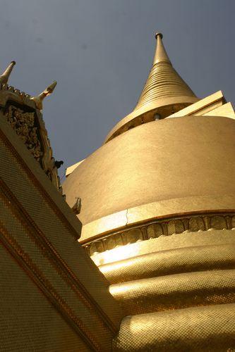 168-Le-Wat-Phra-Kaeo---le-grand-Chedis-dore.jpg