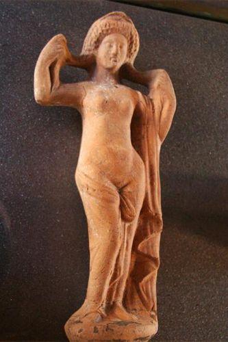 607d2 Catane, Ursino. Aphrodite se séchant au sortir de l'