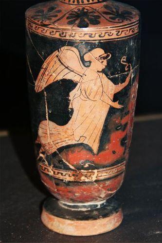 607g3 Catane, Ursino. Lécythe attique, Nikè en vol (milie