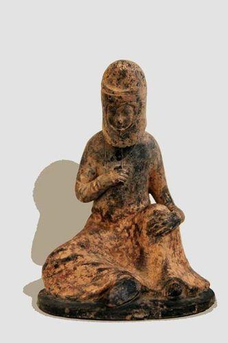 786d6 Musée Guimet, femme assise (Chine, 7e siècle)