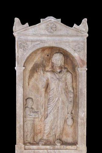797b4 Stèle funéraire d'une prêtresse d'Isis
