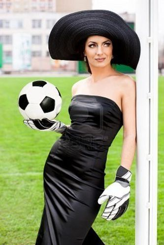 8189814-femme-l-gante-avec-ballon-de-football.jpg