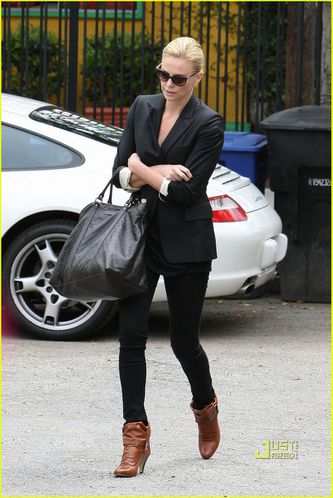 charlize-theron-gym-lakers-game-02