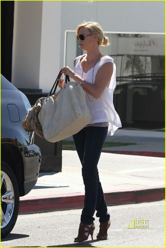 charlize-theron-oversized-bag-03