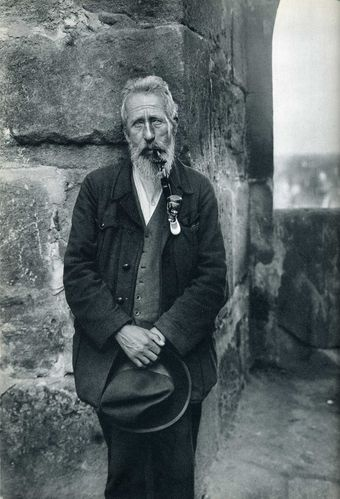 man-with-hat-and-pipe-august-sander.jpg