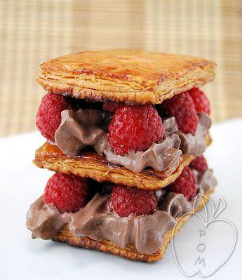 Milhojas de frambuesa y mousse de helado de chocolate (1)