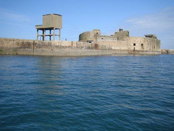 rade-cherbourg-Fort-central-thbz-wiki.jpg