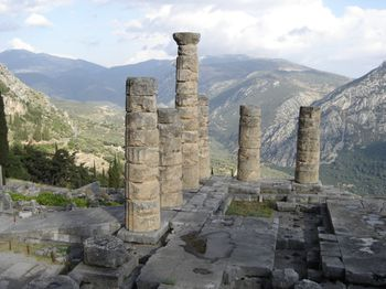 Delphi-temple-to-appolo1