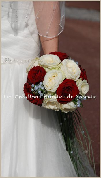 Bouquet de mari e cascade de roses rouges r cr ation florale blog d 39 art floral blog mariage - Bouquet mariee rouge ...