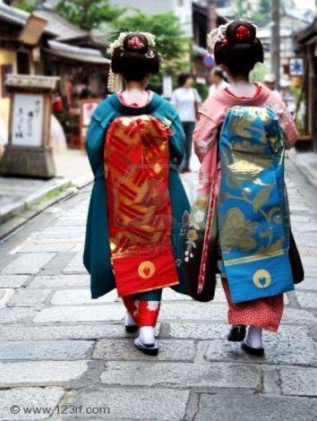 355460-geisha-japonaise-filles-marcher-dans-la-rue-copie-1.jpg