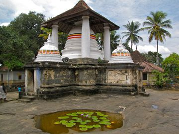 284-KANDY-Gadaladeniya-Stupa.JPG