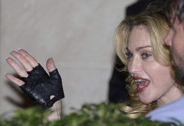 20130822-pictures-madonna-hard-candy-fitness-center-rome-13.jpg