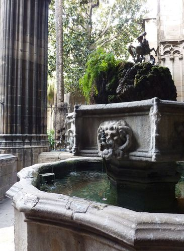 Cathedrale-fontaine-cloitre-entiere.jpg