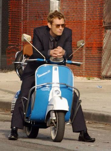 544995-jude-law-seducteur-en-costume-vespa-637x0-3