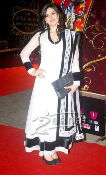 Zarine-Khan-White-Anarkali2.jpg