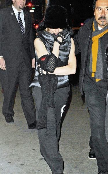 20111113-pictures-madonna-kabbalah-centre-new-york-03