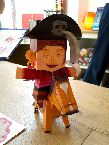 femme-pirate-cheval-paper-toys.jpg
