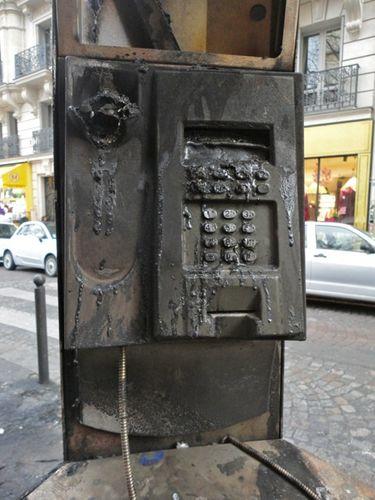 cabine téléphonique brûlée Montmartre