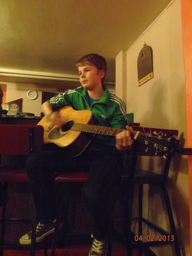 le-jeune-J.Paul-a-la-guitare.JPG