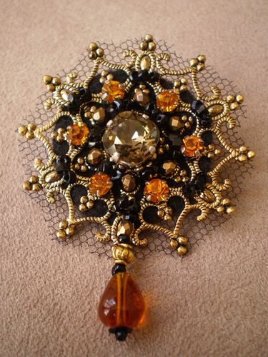 Broche baroque estampe brodée