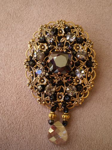 Broche baroque estampe brodée strass