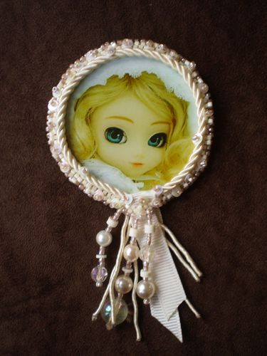 Broche Médaillon Doll Blonde