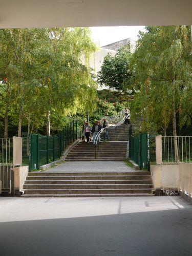 La rue Eugène Atget (escalier) commence sous le porche d'u