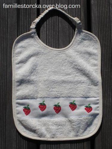 bavoir point de croix fraises