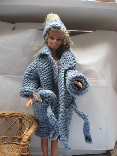 long-manteau-tricote-pour-barbie-et-bonnet.jpg
