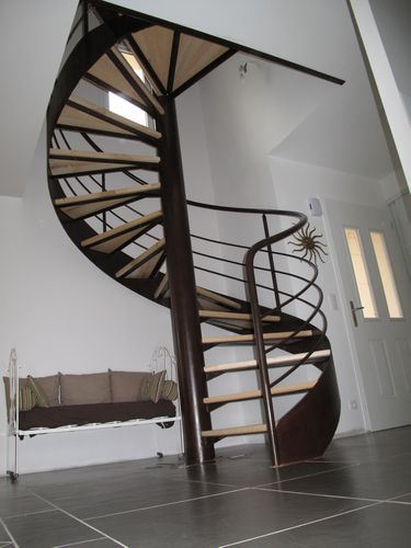 un escalier en colima on dans une tr mie carr escalier. Black Bedroom Furniture Sets. Home Design Ideas