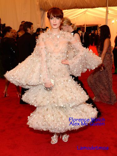 florence-welch-en-alex-mc-queen-affreuse.jpg