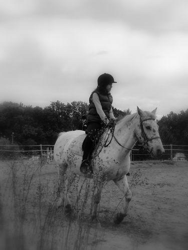 Constance a cheval sur Domino