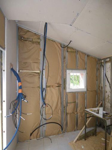 ne pas oublier la cale en bois qui rattrape le vide entre le mur et la plaque de placoplatre - Doublage Mur Salle De Bain