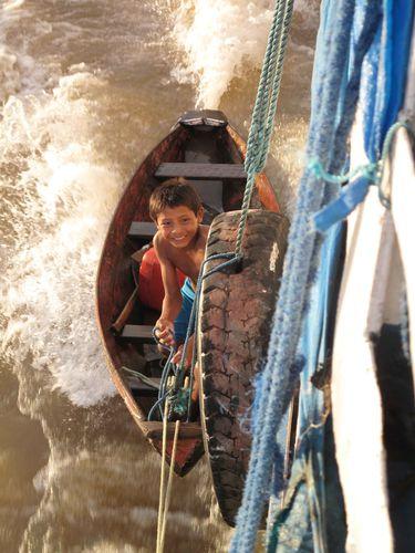 Enfant accroché au bateau