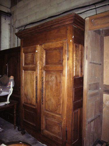 armoire noyer ancienne 230 cm de haut 140 cm de large 50 cm de profondeur prix 390 euros. Black Bedroom Furniture Sets. Home Design Ideas