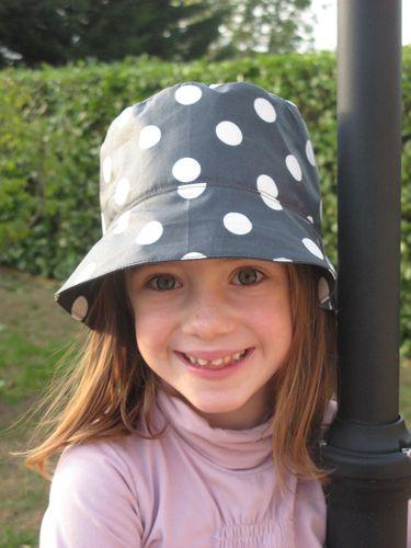 chapeau anthracite pois blanc 001